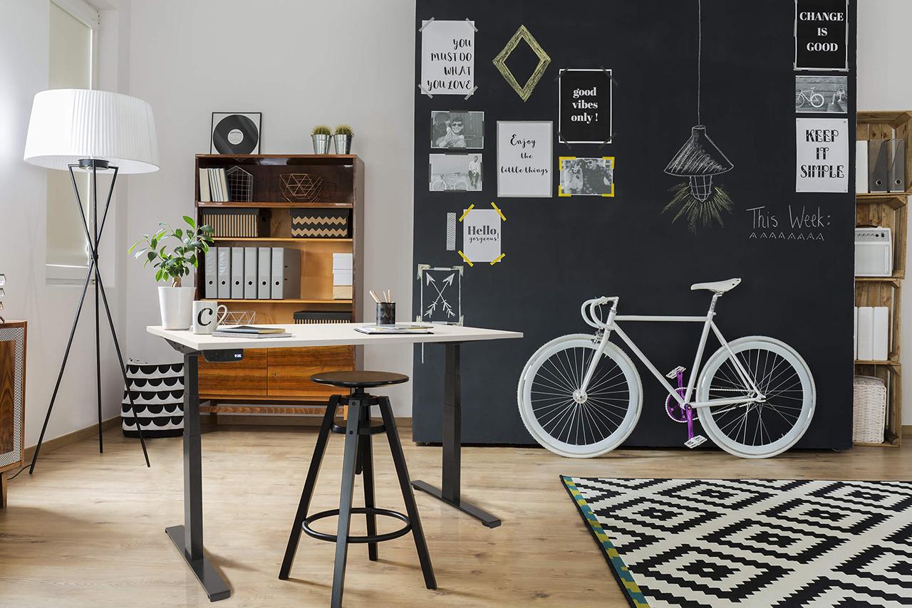 Ergowork elektrisch zit sta bureau Ultimate met zwart onderstel op kantoor